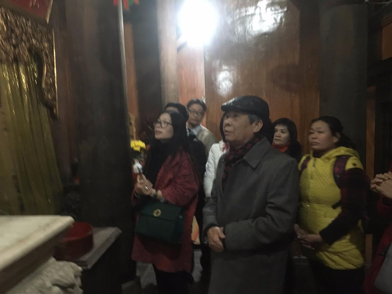 Giáo sư, Tiến sỹ Ngô Đức Thịnh cùng đoàn, dâng hương tại đền Mẫu Sinh.